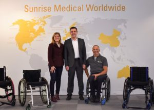 Letícia Voland Aguilar, Sunrise Medical, und Christoph Kimling, Wellspect Healthcare, freuen sich mit Team Sunrise-Leiter Errol Marklein über neue Möglichkeiten.